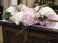 Décoration d'autel en hortensia rose pâle et blanc. Mariage.