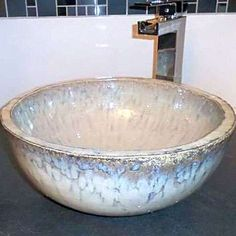Belle vasque artisanale dans les chambres d'hote du haut Anjou fabriquée  par Myriam et Dominique potiers à Montreuil Bellay