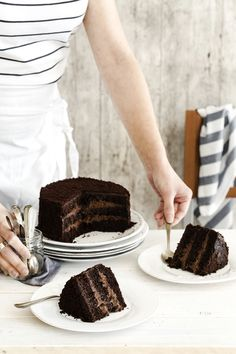 Шоколадный торт Brooklyn blackout cake - Torta al cioccolato a strati - Chocolate layer cake Köstliche Desserts, Chocolate Desserts, Delicious Desserts, Yummy Food, Chocolate Cake, Chocolate Custard, Slow Cooker Desserts, Sweet Recipes, Cake Recipes