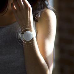 Moov: your personal coach. A new waterproof, wearable fitness device with personal training features and a sleep monitor. Wearable Device, Wearable Technology, Best Fitness Band, Fitness Devices, Fitness Gadgets, Health Activities, Fitness Design, Cool Tech, Fitness Tracker