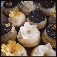 golden cupcakes - Google zoeken Silver Cupcakes, Fancy Cupcakes, Flower Cupcakes, Fondant Cupcakes, Wedding Cupcakes, Cupcake Cakes, Cupcake Ideas, Graduation Cupcakes, Birthday Cupcakes