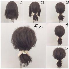ボブの人の簡単ポニーテールアレンジ! 1、 毛先が少し動くくらいだと巻かなくても大丈夫です!直毛の人は軽く巻いてもオッケー! 2、サイドを残してポニーテールします 3、サイド同士をポニーテールの結び目の上で結びます 4、それをくるりんぱします 5、全体的に崩して 今回はポニーテールの結び目にリングヘアゴムを使って大人っぽくこなれた感じを出しました!