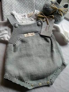 Y esta monería se va para Rafi Knit for baby Bordo a crochet This Pin was discovered by M D Knitting For Kids, Baby Knitting Patterns, Baby Patterns, Baby Outfits, Kids Outfits, Knitted Baby Clothes, Knitted Baby Romper, Baby Sweaters, Kind Mode