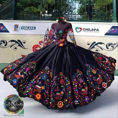 Mexican Theme Dresses, Quince Dresses Mexican, Mexican Quinceanera Dresses, Mexican Outfit, Quinceanera Ideas, Dama Dresses, 15 Dresses, Pretty Dresses, Traditional Mexican Dress