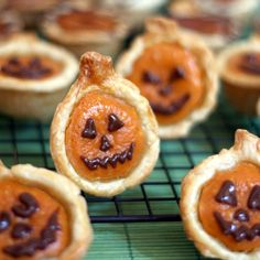 Mini pumpkin pie!! Such a cute idea for halloween and thanksgiving (minus the jack-o-lantern face)