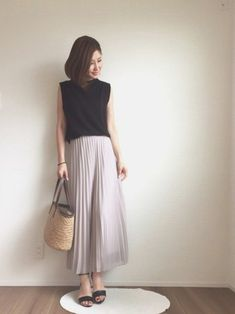 夏の黒を涼しげに着こなす、ライトグレーのプリーツスカート。トップスは、適度に肌見せしているので重たくなりません。アンクルストラップのサンダルを合わせて、レディライクにまとめました。 Fasion, Hijab Fashion, Korean Fashion, Fashion Outfits, Womens Fashion, Ladies Fashion, Casual Summer Outfits For Women, Casual Wear, Casual Outfits