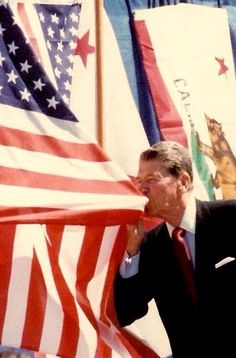 This is what a man that loves his country looks like. this is what a real man, a true leader looks like. Even if you didn't respect his politics. no way could you not respect the man.President Reagan kissing the American flag. American Pride, American Flag, American History, American Girl, American Quotes, American Spirit, American Country, American Soldiers, I Love America