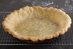 How to blind bake a pie crust and prevent shrinking and slumping when you need a pre-baked crust for cream pies, custard pies, and pumpkin pies. Double Pie Crust Recipe, Blind Bake Pie Crust, Pie Dough Recipe, Pie Crust Recipes, Pumpkin Pie Crust, Apple Pie Crust, Pumpkin Pies, Quiche Pie Crust, Baked Pie Crust