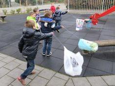 Hoera het stormt, kleuters vliegeren met een plastic tas, kleuteridee.nl
