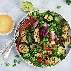 Sallad på grillade grönsaker och halloumi // 1 paprika 2 rödlökar 1 zucchini 1 halloumi (200 g) 125 g frysta, tinade sojabönor 3 dl hackade örter t ex basilika, mynta, koriander VINÄGRETT: 2 lime, saft 1 msk olivolja 2 tsk sesamolja 1 riven vitlöksklyfta 1 tsk flingsalt