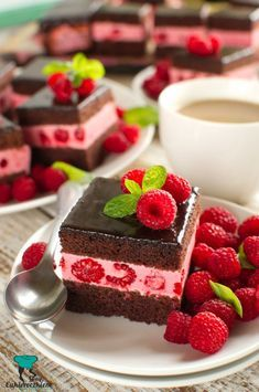 Black woman with raspberry cream Coffee Dessert, Dessert Bread, Baking Recipes, Cookie Recipes, Grolet, Russian Cakes, Sweets Cake, Just Cakes, Small Cake