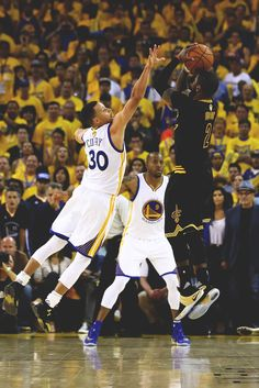 Kyrie Irving of the Cleveland Cavaliers shoots a threepoint basket late in the fourth quarter against Stephen Curry of the Golden State Warriors Kyrie Irving Cavs, Irving Nba, Kyrie Irving Shot, Irving Wallpapers, Nba Wallpapers, Iphone Wallpaper Kyrie Irving, Illini Basketball, Basketball Legends, Rolo