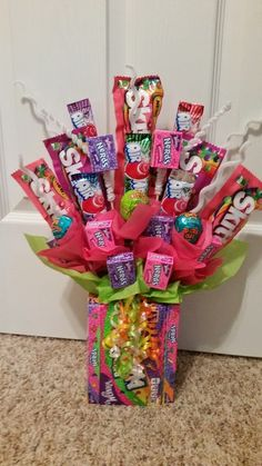 Fun Candy bouet Best Friend Birthday Present, Cute Birthday Gift, Birthday Candy, Diy Birthday, Candy Gift Baskets, Candy Gifts, Craft Gifts, Diy Gifts, Candy Bouquet Diy