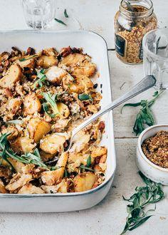 Dit recept is een beetje een samenvoeging van een eenpansgerecht en een gratin. Best of both worlds vinden wij! Ook wanneer je misschien eigenlijk niet zo'n kooleter bent, is dit het proberen meer dan waard. De combinatie met spekjes geeft echt een heerlijke smaak! Perfect voor doordeweeks; naast dat het snel gemaakt is, kun je het ook prima voor een tweede keer in de oven opwarmen. #nieuwrecept #ovenschotel #spitskool Potato Casserole, Cabbage Casserole, Cabbage And Bacon, Oven Dishes, Soul Food, Dinner Recipes, Easy Meals, Yummy Food, Favorite Recipes