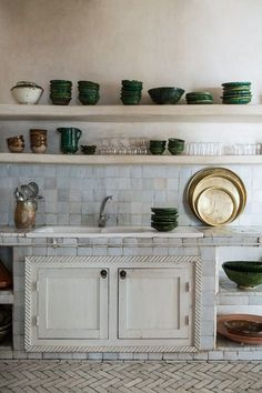 A Home In The Heart Of The Souk In Taroudant. Such a gorgeous vignette, I love every single thing about this photo and kitchen. Country Kitchen, New Kitchen, Kitchen Dining, Kitchen Ideas, Kitchen Sink, Kitchen Floors, Warm Kitchen, Kitchen Blinds, Gold Kitchen