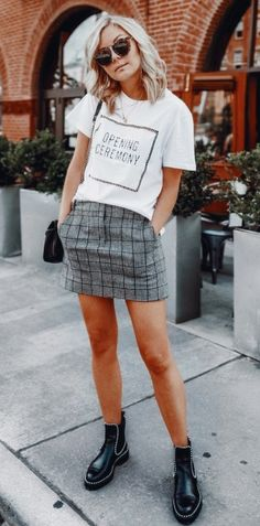 In order to be able to combine clothes again, it is important to know your own wardrobe inside out.Now you can do this with casual outfit ideas. Mode Outfits, Chic Outfits, Summer Outfits, Fashion Outfits, Fashion Trends, Skirt Fashion, Grey Skirt Outfits, Tight Skirt Outfit, Style Fashion