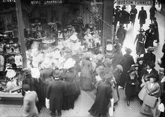 Vintage photos show what holiday shopping was like in New York City 100 years ago Christmas Window Display, Christmas Store, Christmas Shopping, Christmas Holidays, Christmas Windows, Christmas Goodies, Xmas, Vintage Christmas, Origin Of Black Friday