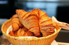French croissants Croissants for Breakfast – it's a classic. What could be more delicious fresh croissant hot air? Bratwurst, French Croissant, Baking Classes, Puff Pastry Recipes, Quiche Lorraine, Snack Recipes, Snacks, Food Names, Food Words