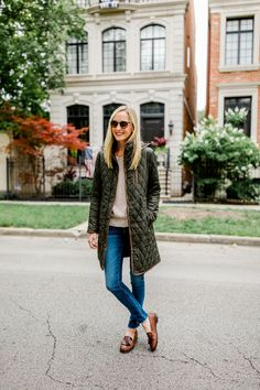 Best Work Outfit Ideas To Pair With Loafers, Otherwise, if your outfit is all 1 tone, think about adding strong contrast through accessories. This outfit is unique on account of the distinct colo. Adrette Outfits, City Outfits, Winter Outfits, Casual Outfits, Mode Bcbg, Loafers Outfit, Look Formal, Smart Casual Outfit, Minimal Chic