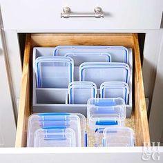 Komt deze foto jullie bekend voor? Plastic bakjes brengen vaak in chaos in je kast! Met deze tips is dat verleden tijd! - Zelfmaak ideetjes