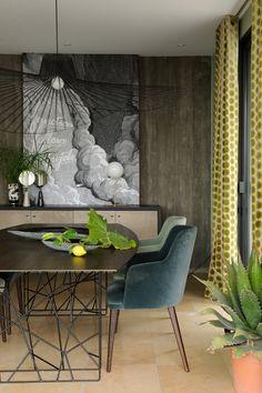 Luxury dining room ideas | dark wallpaper, velvet dining chairs ans modern design dining table  | www.bocadolobo.com #diningroomdecorideas #moderndiningrooms