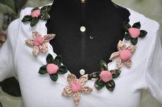 Camiseta meia malha canelada,tamanho G , mangas curtas, decote em V, com aplicação de 7 flores de fuxico rosa e verde.  Aceitamos encomentas em outros tamanhos e cores! R$45,00