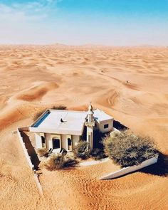 Mosque in desert Mosque Architecture, Religious Architecture, Beautiful Mosques, Beautiful Places, Desert Colors, Environment Concept Art, World Cities, Travel Tours, Ghost Towns