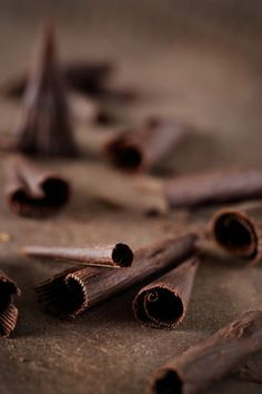 Découvrez comment faire des décorations en chocolat pour sublimer vos gâteaux
