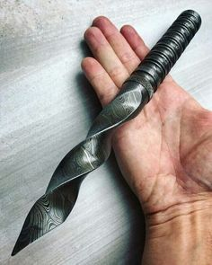 Beautiful Stunning Tri DaggerDamascus And Custom Made Overall Length 10 Handle Length Blade Length Tri Blade Twist / Kris BladeHandmade Kris Blade Dagger KnifeLeather Sheath Included Katana, Pretty Knives, Cool Knives, Swords And Daggers, Knives And Swords, Armas Ninja, Electric Knife, Ninja Weapons, Fallout Weapons