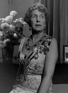 Reina Victoria Eugenia con pectoral de diamantes.