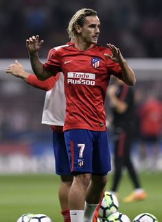 Atletico Madrid's French forward Antoine Griezmann warms up before the Spanish league football match Club Atletico de Madrid vs FC Barcelona at the Wanda Metropolitano stadium in Madrid on October / AFP PHOTO / GABRIEL BOUYS Girls Football Boots, Football Match, Sport Football, Football Moms, Soccer Guys, Football Players, Barcelona Futbol Club, Fc Barcelona, France National Football Team