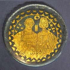 A Roman gold glass roundel of a married couple (300-399 CE) from Wien, Kunsthistorisches Museum. Photo via Wikimedia.