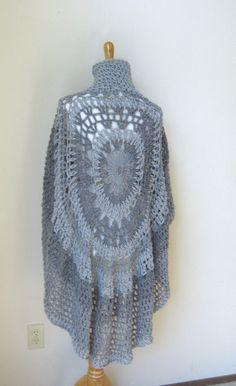 Diese schönen Poncho wurde handgefertigt unter Verwendung einer Kombination von Garnen und verschiedene Stiche und häkeln. Dieses Motiv ist modern