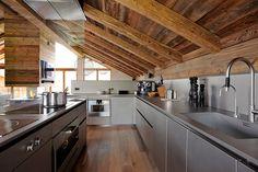Chalet Mountain Inspiration - Méribel - Cuisine - Cuisine Boffi - Inox - Fintion sur mesure - Fonctionelle - Design - Hotte sur mesure - Vieux Bois - Verre - Sous charpente - Interior design - Atelier Giffon