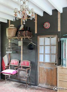 Apothecary/Vintage/Turn-of-the-century deco idea for the dining room : L'entrée de la maison dhôtes LÉpicerie du Pape se meuble d'un ancien banc de théâtre et de plusieurs objets faisant référence à la République Française