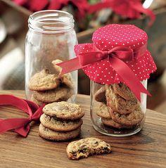 Um pote reaproveitado, um pedaço de tecido estampado, uma fita e alguns biscoitos viram um presente para ninguém colocar defeito. Dá para levar quando for visitar alguém ou oferecer aos convidados como lembrança após um jantar