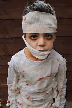 No Sew DIY Mummy Costume. Full tutorial over on the blog. Easy halloween costume
