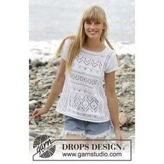 Erica Top by DROPS Design er en fin T-shirt, som er strikket i Drops Cotton Light. Toppen er strikket med hulmønster, korte ærmer og A-facon. Erica.. fra Garnstudio - Drops