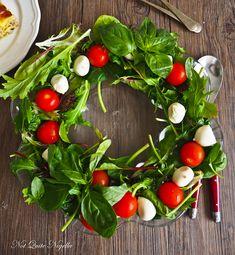 Italian Wreath Caprese Salad via Nigella LAwson Christmas Nibbles, Christmas Eve Dinner, Italian Christmas, Christmas 2019, Rustic Christmas, Christmas Recipes, Merry Christmas, Italian Lasagna, Cherry Tattoos
