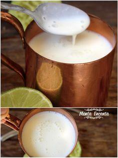 Como fazer buttermilk? O buttermilk é o soro do leite coalhado que resulta do processo de fabricação da manteiga, menos calórico que o leite normal uma vez que a gordura foi utilizada na produção da manteiga. Sua textura está entre o iogurte e o leite, nem tão líquido como o leite, nem tão encorpado quanto [&hellip