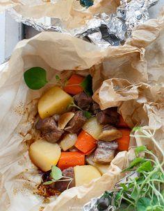 Karkówka pieczona w papilotach z ziemniakami i marchewką