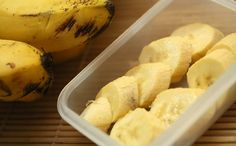 How to Keep Bananas from Ripening Too Fast. Bananas turn brown for a variety of reasons. When you cut open a banana, the oxygen affects enzymes in the banana, turning the inside brown. When a banana turns brown on the outside, it is. Smoothies Banane, Low Carb Smoothies, Banana Health Benefits, Eating Bananas, Dinner Rolls Recipe, Nutrition, Keeping Healthy, Ayurveda, Healthy Meals