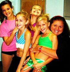 Brooke Hyland, Maddie Ziegler, Chloe Lukasiak, Paige Hyland, and Abby lee miller! Dance Moms Facts, Dance Moms Dancers, Dance Mums, Brooke And Paige Hyland, Chloe And Paige, Mom Season 1, Dance Moms Season, Dance Moms Chloe, Dance Moms Girls