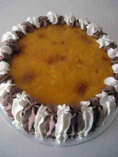 Quieres aprender a hacer una autentica tarta de pastelería, si es así, aquí tienes la receta de la Tarta de san Marcos. Rellena de nata, trufa y cubierta con yema quemada. Simplemente deliciosa.
