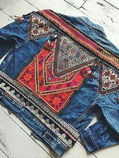 Tribal denim jacket things to make and do fashion, boho fashion, diy clothe Hippie Chic, Mode Hippie, Estilo Hippie, Mode Boho, Gypsy Style, Boho Gypsy, Bohemian Style, Boho Chic, Moda Jeans