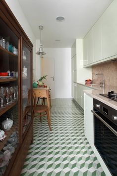 FLOOR Portuguese architect Tiago Patricio Rodrigues refurbished this square foot apartment of the late in collaboration with interior design studio Pura Cal 1930s Home Decor, Small House Decorating, Terrazzo Flooring, Best Kitchen Designs, Cuisines Design, Interior Design Studio, Home Renovation, Home Decor Inspiration, Vintage Kitchen