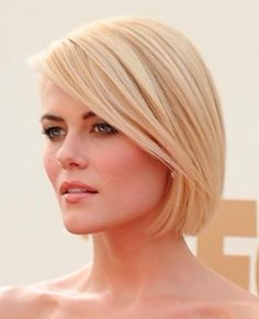 Have blonde hair color (or want to go blonde)? Get inspired with these 20 amazing blonde hair colors including platinum, buttery blondes and much more.: Beautiful Light Blonde Hair With Lowlights Holiday Hairstyles, Short Bob Hairstyles, Hairstyles Haircuts, Bob Haircuts, Blonde Hairstyles, Hairstyles Pictures, Classic Hairstyles, 1940s Hairstyles, Halloween Hairstyles