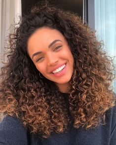 How to moisturize hair: 5 ways to do it at home - Charme-se Mixed Girl Curly Hair, Dark Curly Hair, Colored Curly Hair, Mixed Hair, Curly Hair Tips, Curly Hair Styles, Natural Hair Styles, Ombre Curly Hair, Long Curly