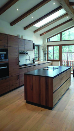 Holzküche wood kitchen wood kitchen For other models, you can visit the category. For more ideas, pl Modern Kitchen Interiors, Modern Kitchen Cabinets, Interior Modern, Modern Kitchen Design, Home Decor Kitchen, Interior Design Kitchen, New Kitchen, Home Kitchens, Kitchen Ideas