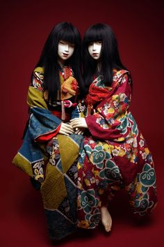 Two dolls wearing furisode kimono Japanese Culture, Japanese Art, Japanese Doll, Japanese Yukata, Traditional Japanese, Poses Modelo, Furisode Kimono, Character Inspiration, Character Design